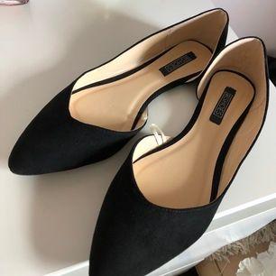 Ett par fina ballerina skor från nelly.com. Tyvärr för stora för mig så därför säljs dem. Finns dock en liten fläck på ena skon därför priset.