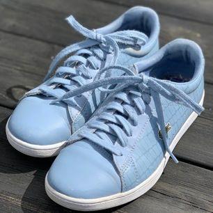 Supersnygga blåa Lacoste skor i strl. 37! Säljer pga för små för mig men fint skick 💙💙 Budgivning startar på 175 kr. Skriv till mig för bud, frågor eller fler bilder!