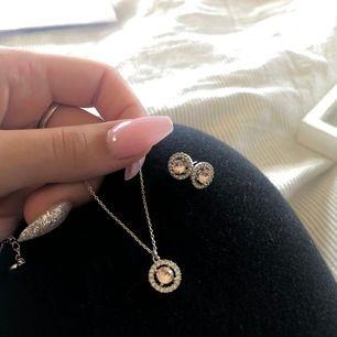 Halsband och örhängen från lily and rose, använt några gånger men är i prefekt skick, båda köpt för runt 600 och säljer nu för 250kr