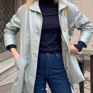 Ljusblå skinnjacka som passar både på hösten och våren men även vintern med en varm tröja under! köpt här på Plick och säljer pga att hittade en ungefär likadan som jag gillar lite bättre, bilderna är från förra säljaren :)))