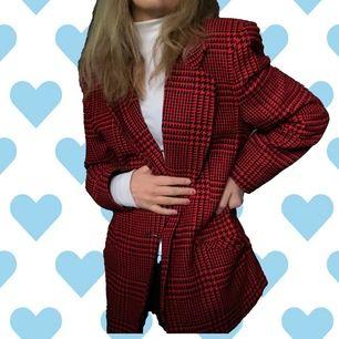 Kavaj köpt second hand! Påminner mig om Chers outfit från Clueless som kan ses på sista bilden ❤️ Köparen står för 📦