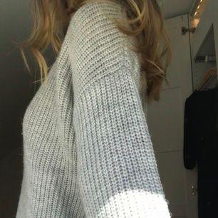 Jättefint stickad tröja från I dig denim! Passar året om! Stl XS men passar även S/M då den är väldigt oversized! Fraktkostnad på 79 kr tillkommer då tröjan är tjock och därför kostar mer att frakta. ALDRIG ANVÄND