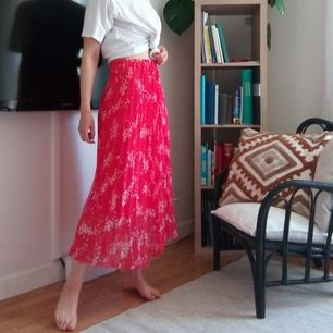 Röd kjol från Lindex. Plisserad med jätte fint fall och en underkjol så den inte är genomskinlig. Köparen betalar frakt