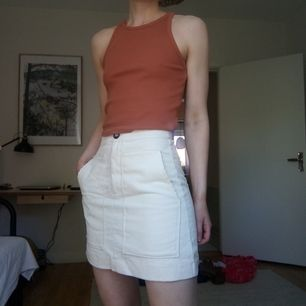 Gräddvit kjol i Manchestertyg från hm. Jätte fin med stora fickor i fram. Köparen betalar frakt
