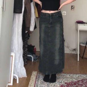 Cool kjol köpt second hand. Står XL men sitter bra som M. Möts upp i sthlm eller fraktar mot fraktkostnad!