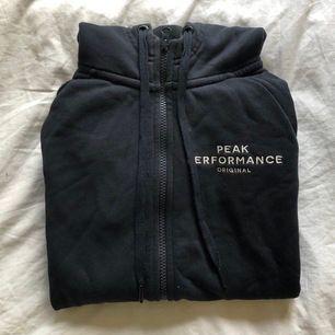 Marinblå hoodie från peak performance i storlek S, köpt på peak performance egna hemsida för ca 1300kr, använd ett par gånger men den har inga märken, fläckar osv🤍 pris kan diskuteras