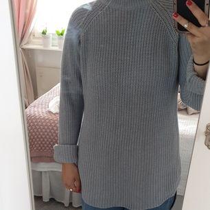 Lång stickad tröja storlek XL från gina trocot. Köparen står för frakt.<3
