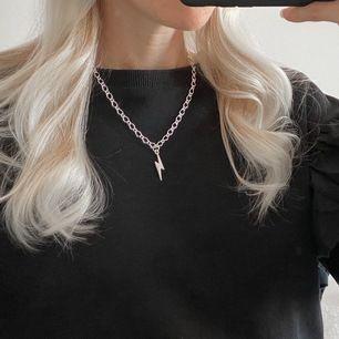 Blixthalsband i silverfärg ⚡️ finns flera stycken. Frakt 11 kr. Finns även i guldfärg! Se mer på insta: moon.jwlry 🌙