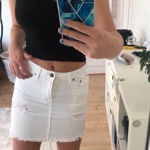 fin jeanskjol med slitningar, köpte den förre året men har aldrig använt den pga fel storlek💓