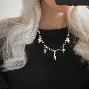 Halsband i silverfärg med berlocker ⚡️ frakt 11 kr. Finns bara detta exemplaret! Insta: moon.jwlry