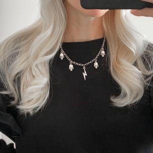 Halsband i silverfärg med berlocker ⚡️ frakt 11 kr. Har bara två exemplar av detta! Insta: moon.jwlry 🌙