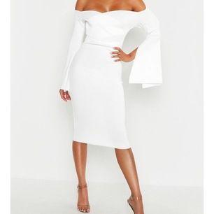 Säljer klänning i perfekt skick med taggen kvar. Klänningen är i storlek 36 (xs) och omfamnar kroppen ursnyggt!!