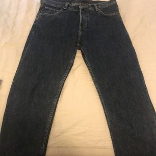 Ett par jeans från Weekday i helt nytt skick! Använda Max 5 gånger. Köpta för 600 och säljes för 350 kr eller bästa bud.