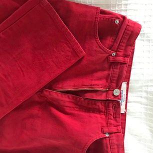 Byxor från beyond retro i fin röd färg. Typ i mom jeans modell, högmidjade. ❣️