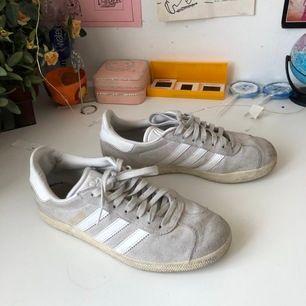 Så snygga adidas gazelle skor / sneakers storlek 37,5, men passar även 37 & 38 ❤️ sparsamt använda i bra skick! Nypris: 1099kr