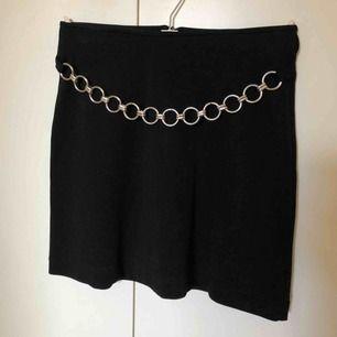 Superfin kjol med A-line passform i storlek 36/S! Kedja i fram och dragkedja i bak. Frakt tillkommer.