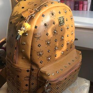 Säljer min fina MCM ryggsäck AAA kopia. Erbjuder fri spårbarfrakt som jag står för 🥰 Endast den bruna nyckelkedjan som tillhör väskan ingår.