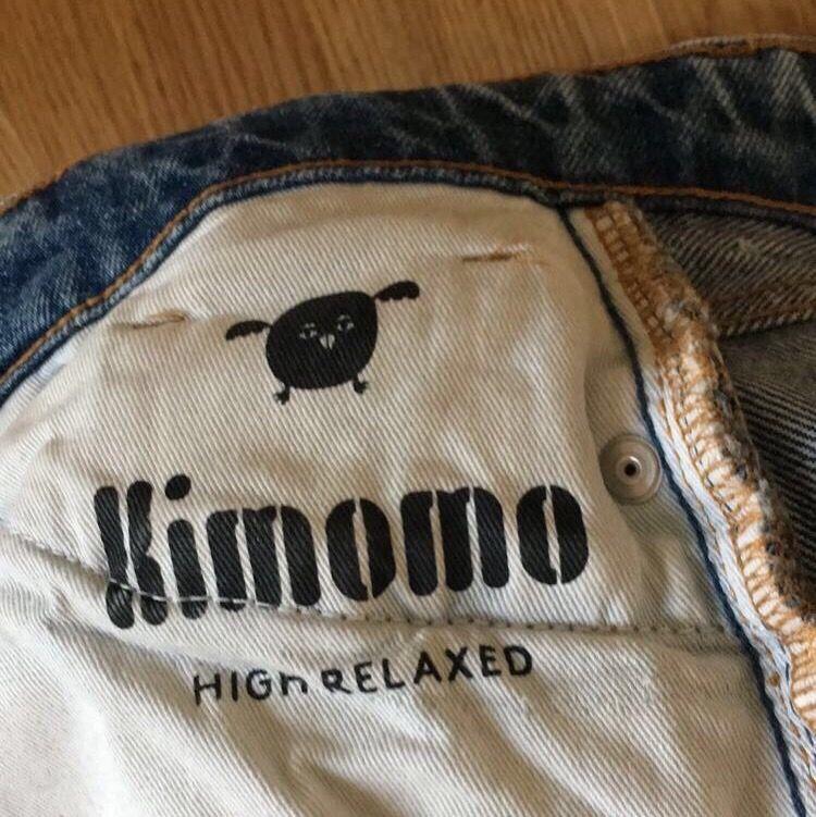 Säljer dessa populära high relaxed jeans från monki, fick de av min syrra men passade inte riktigt, men i bra skick!  frakten går på 59kr men priset kan diskuteras💘. Jeans & Byxor.