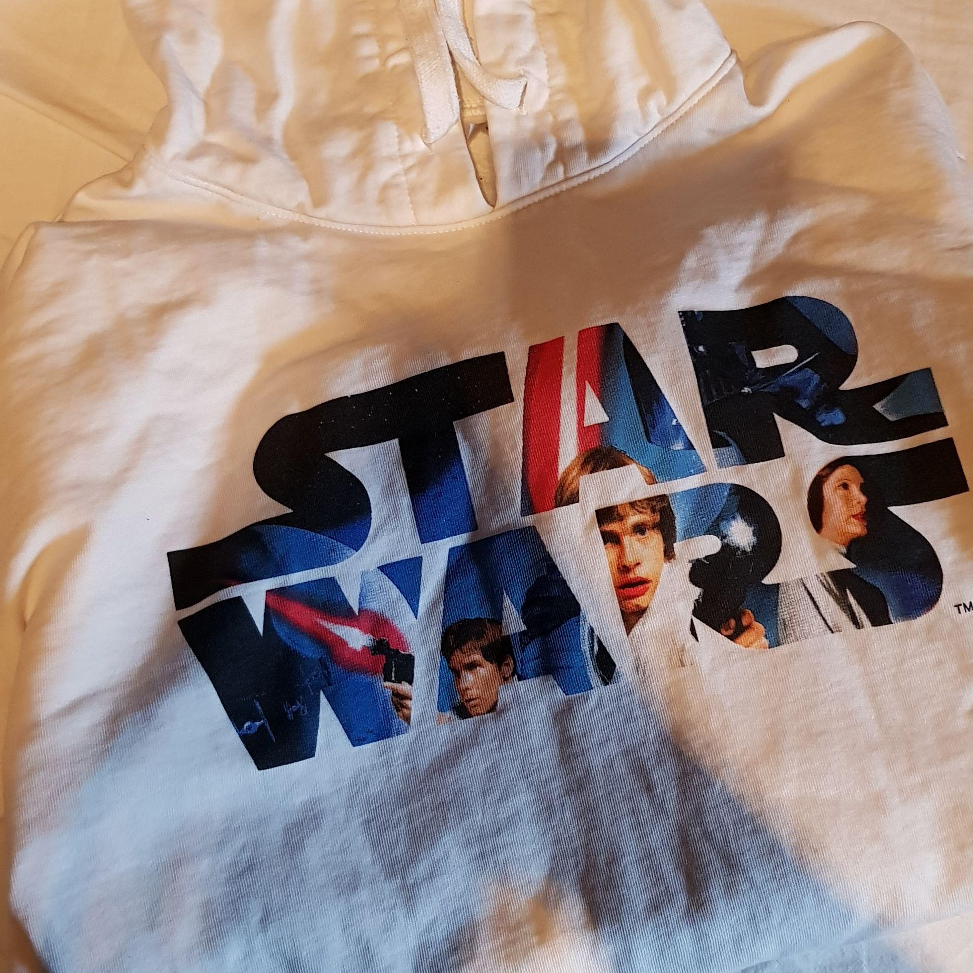 Star wars hoodie form H&M. Used a handful of times. . Huvtröjor & Träningströjor.