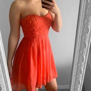Kort rosa tubklänning från Elise Ryan storlek 36 i fint skick. Mer rosa än orange.  Möts upp i Stockholm eller fraktar.  Frakt kostar 59kr extra, postar med videobevis/bildbevis. Jag garanterar en snabb pålitlig affär!✨