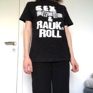 """Nåt för gotlänningen? """"Rolig"""" t-shirt. Syftar alltså på raukarna på Gotland. Köpt i Visby"""