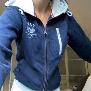 Marinblå Gant hoodie köpt för ca 800 kr💙 storlek S. 200kr + frakt