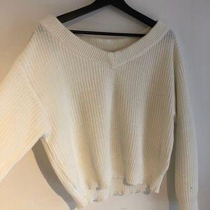 Vit stickad tröja som är lite halvt off shoulder. Jättesnygg och skön vardagströja. Köpt för 299kr och aldrig använd💖