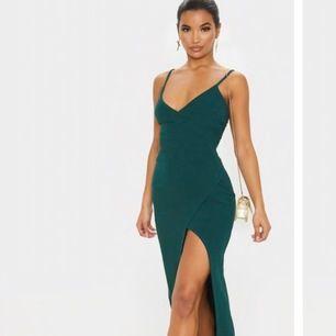 •En snygg lång  klänning som formar kroppen fint med ett slit som börjar vid låret.                                                                   •Använd 1 gång. Frakt ingår.