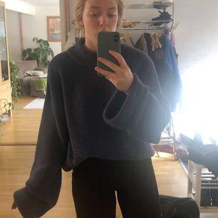 Mörkblå stickad tröja från NAKD, säljer för har 2 likadana!🐚☀️ exklusive frakt om man inte kan mötas upp!