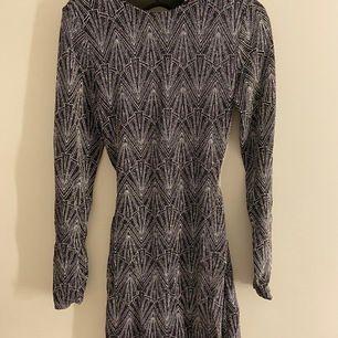 Glitter klänning i strl 36 endast använd 1 gång, köparen står för ev frakt