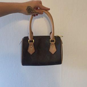 Väldigt fin och gullig handväska ifrån märket Louren&vossa. Väskan är i nyskick och det finns inga tecken av användning på den heller. Köparen står för frakt, BUDA!