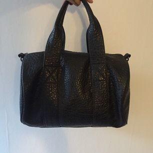 Väldigt rymlig och cool handväska i skin imitation!funkar till allting! Väskan är även i nyskick,köparen står för frakt!