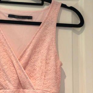 Jättefin kort ljusrosa klänning från Bubbleroom, endast använd en gång.✨