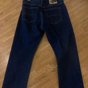 Mörkblåa davys jeans andvänt lite. Ingen andvändning för dom för dom ha blivit lite för stora för mig. Passar bättre på nån annan😊 nypris : 400 tror jag de va