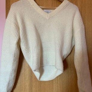 Säljer denna fina vita stickade tröjan från other stories i strl xs. Jätte bra skick. Eventuell köpare står för frakt. Betalning sker via Swish.
