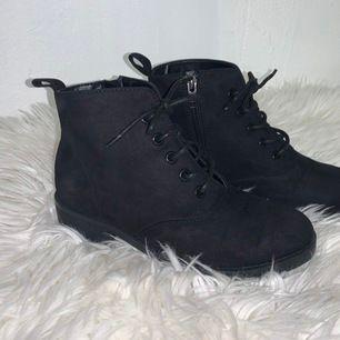 Snygga svarta skor i storlek 35, med liten klack och snörning! Använda en gång! Som nya! 🦋