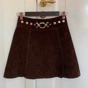 superfin kjol i brunmocka. Köpt vintage, aldrig använd. Fantastiskt material. midja: 33 cm rakt över(går att knäppa annorlunda, isf 30cm) längd: 42 cm