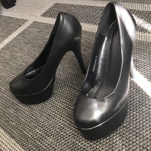 """""""Exclusive Jennie"""" klackarna från Nelly som bara legat oanvända i garderoben. De är i fake läder vilken gör de skit snygga. Storlek 37 och passar mig med 37,5."""