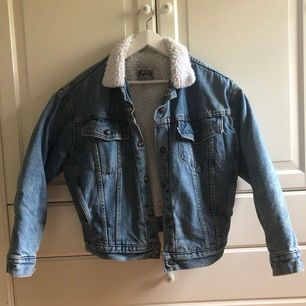 Köpte jackan vintage för några år sedan, använd året jag köpte den men inte sedan dess. Jackan är fodrad och därav ganska varm. Den är kort men ganska bred i passformen (i axlar osv), storleken är L men den är liten i storleken. Möts upp i Stockholm.