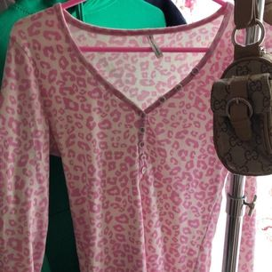 hur söt är inte denna tröja? Tyvärr kommer den inte till användning hos mig och därför säljer jag den!