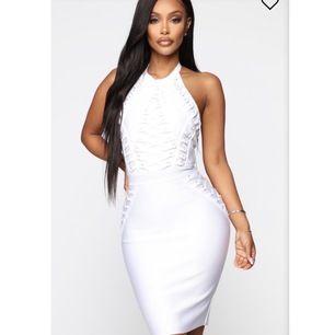 En fin vitt/studentklänning från Fashion Nova i stl xs/s. Aldrig använt och prislappen hänger fortfarande på.