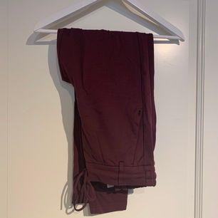 Vinröda kostymbyxor från Only. Nyskick, använda en gång. Nypris: 399:- Köparen står för frakten.