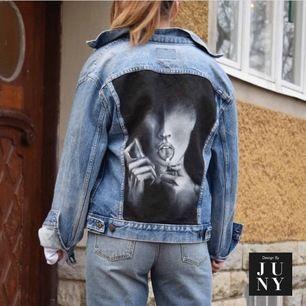 """En handmålad Levi's i storlek 42. Ska föreställa Megan Fox som tänder eld på sin tunga ur en scen från filmen """"Jennifers Body"""" Kan även användas som oversize! Jag på bilderna är CA. 168 cm.  Jackan har små fläckar som har tillkommi"""