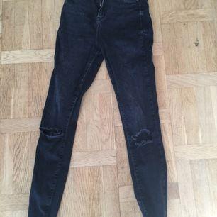 Snygga svarta/svartgrå jeans från Gina tricot. Modem Gina Curve. Bra stretch och sitter jättesnyggt! Slitningar på knäna. Fint skick Nypris 499