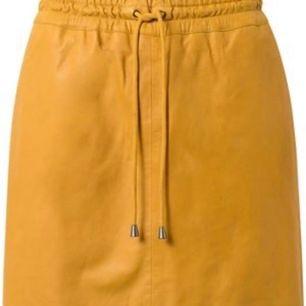 Super cool gul läder kjol från depeche. Orginal pris: 1599 kr, frakt betalar köparen.