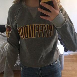 Grå gryffindoor sweatshirt med röd /gula detaljer. Använd max 4 ggr endast hemma. Köpt på Harry Potter museet för 400kr.