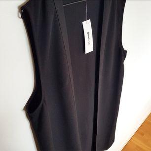 Lång svart väst från GinaTricot i strl XL(Men skulle säga en L). Köpt 2015 men aldrig använd och lappen sitter kvar. Köpt för 299 kr och säljs för 200 kr. Kan mötas upp i Stockholm eller skicka men köparen betalar frakt!🌻