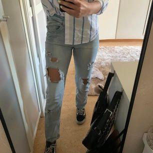 Slitna jeans, vet ej vart dem är ifrån då lappen är borta. För stora för mig, därför säljer jag dessa snygga jeans! Frakt tillkommer