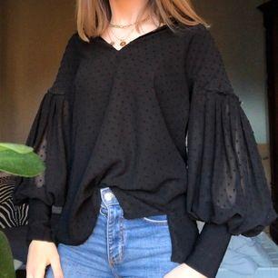 Snygg svart mönstrad blus ifrån Massimo Dutti! Köparen står för frakten💗