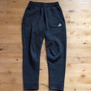 Mörkgrå mjukisbyxor från Adidas i mycket bra skick. Använda 3, 4 gånger. Nypris: 379 kr, nuvarande pris: 100 kr. Köparn står för frakt.